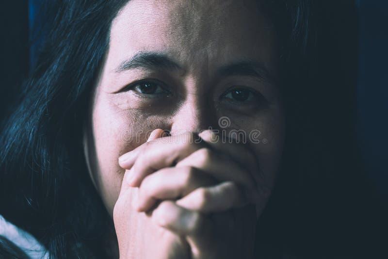 Concepto de la gente, de la pena y de la violencia dom?stica fotografía de archivo