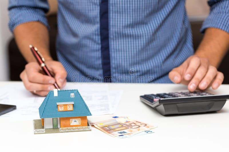 Concepto de la gestión de la propiedad, costos calculadores de la casa foto de archivo