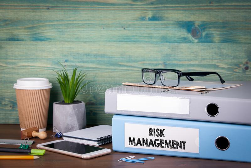 Concepto de la gestión de riesgos Carpetas en el escritorio en la oficina Fondo del asunto fotografía de archivo libre de regalías