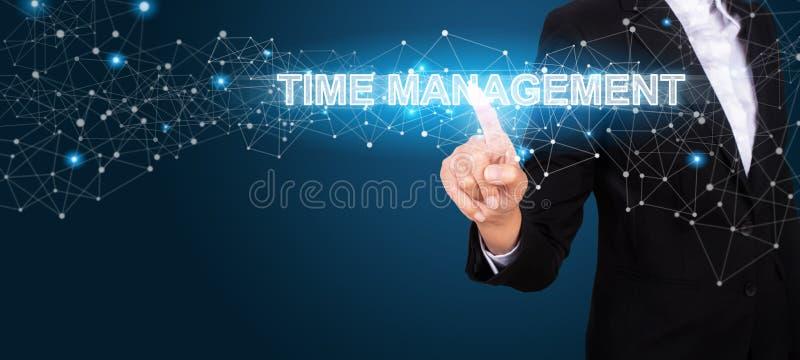 Concepto de la gestión de tiempo con la mano del negocio que presiona un botón fotografía de archivo libre de regalías