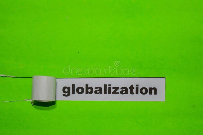 Concepto de la globalización, de la inspiración y del negocio en el papel rasgado verde imagen de archivo libre de regalías