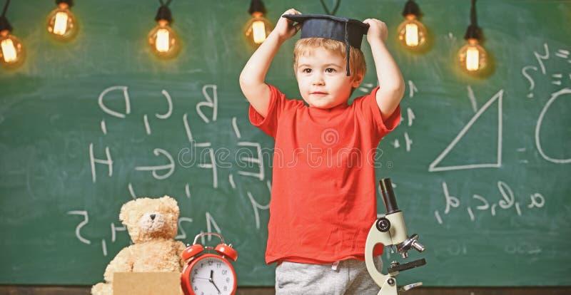 Concepto de la graduación de la guardería Primer interesado anterior en estudiar, educación Niño, alumno en cara sonriente con imagen de archivo libre de regalías