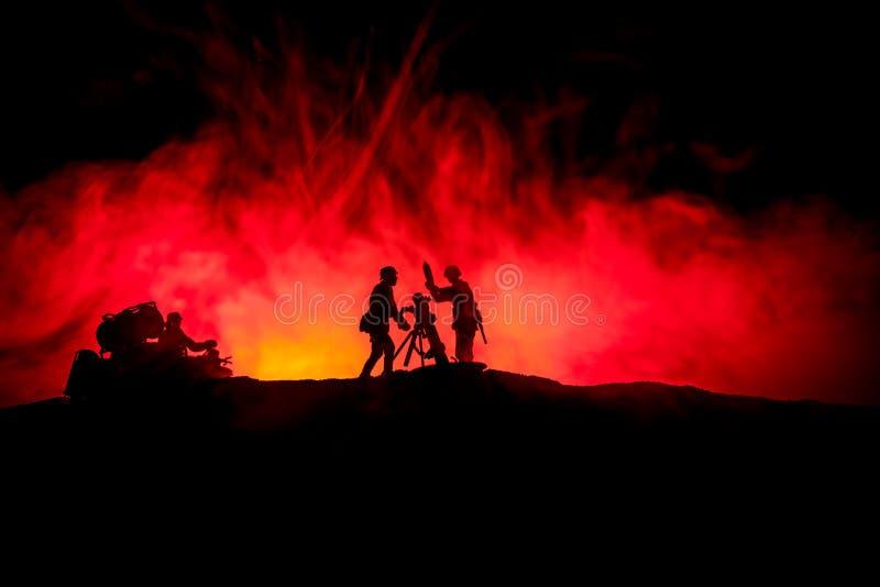 Concepto de la guerra Siluetas militares que luchan escena en fondo del cielo de la niebla de la guerra stock de ilustración