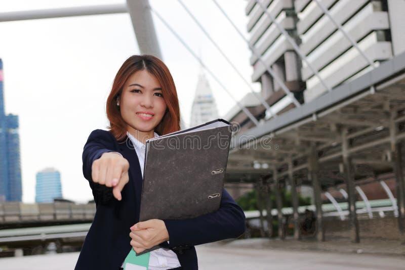 Concepto de la hembra del negocio de la dirección Empresaria asiática joven atractiva que coloca la presentación positiva y la mi fotografía de archivo libre de regalías