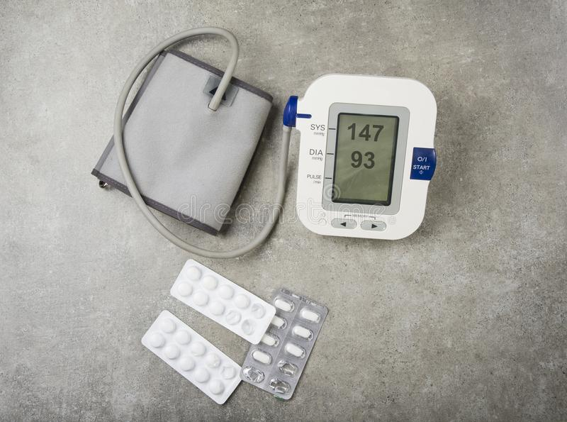 Concepto de la hipertensión Tensión arterial alta con las tabletas y las píldoras usadas fotografía de archivo