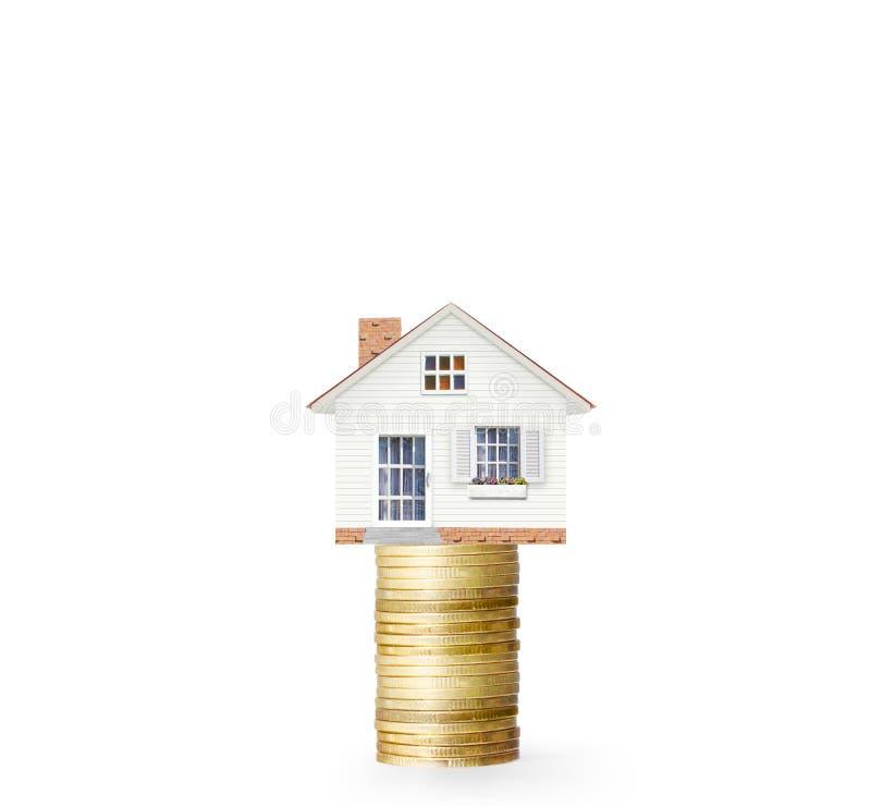 Concepto de la hipoteca por la casa del dinero de monedas foto de archivo