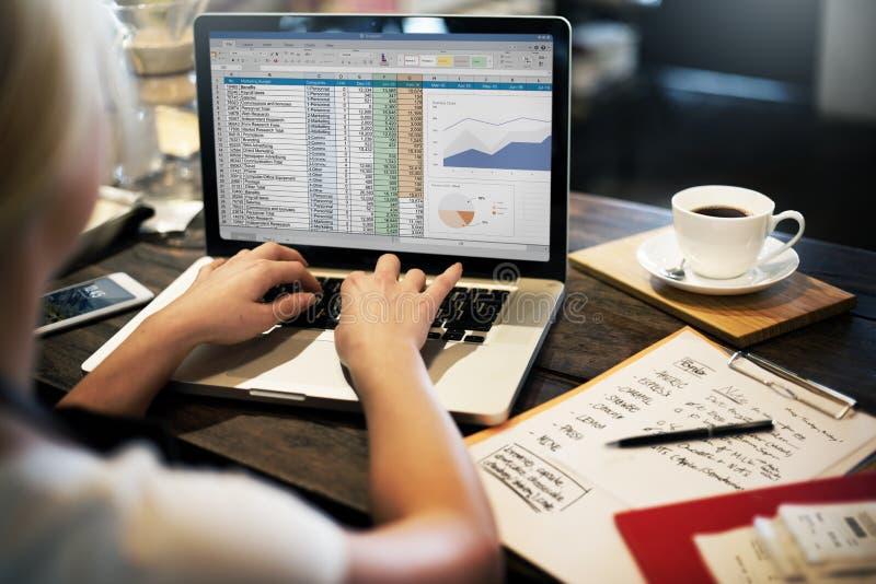 Concepto de la hoja de cálculo del informe de la contabilidad de la planificación financiera fotografía de archivo libre de regalías