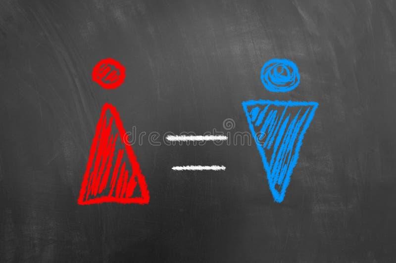 Concepto de la igualdad de género con símbolo rojo y azul en la pizarra fotos de archivo libres de regalías