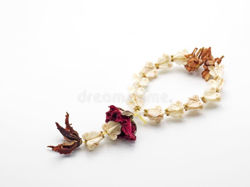 Concepto de la imagen sobre el corazón quebrado, Garland Flower secado en pizca imágenes de archivo libres de regalías