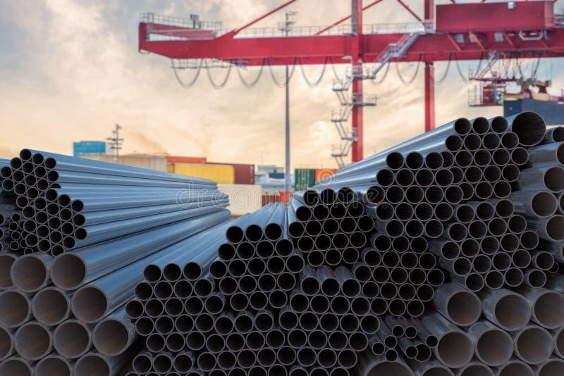 Concepto de la industria de la metalurgia Muchas tuberías de acero apiladas 3D rindió la ilustración foto de archivo libre de regalías