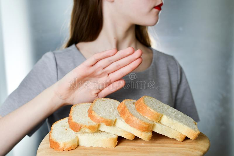 Concepto de la intolerancia del gluten La chica joven rechaza comer el brea blanco imagen de archivo libre de regalías