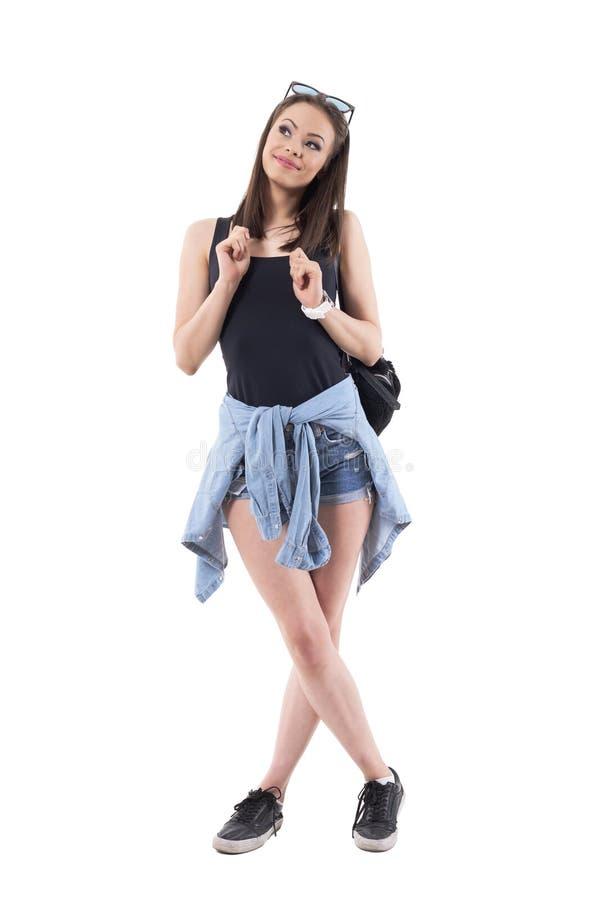 Concepto de la introspección Mujer hermosa joven que tira de su pelo y que mira para arriba cuidadosamente con la anticipación fotos de archivo libres de regalías