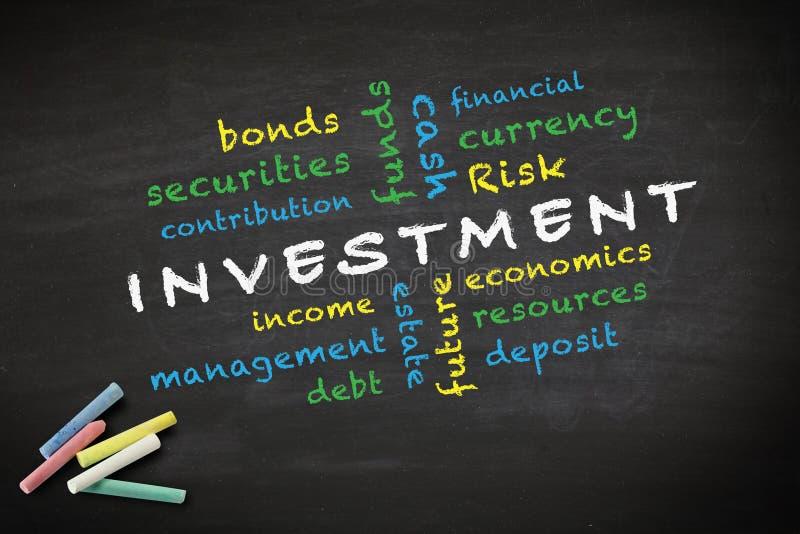 Concepto de la inversión escrito en la pizarra stock de ilustración