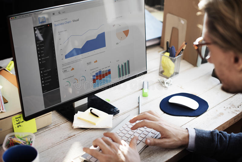 Concepto de la investigación de Working Dashboard Strategy del hombre de negocios foto de archivo libre de regalías