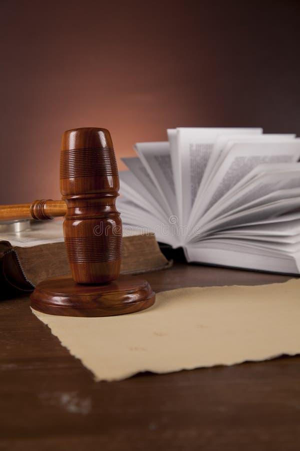 Concepto de la justicia con el mazo en fondo oscuro imagen de archivo libre de regalías
