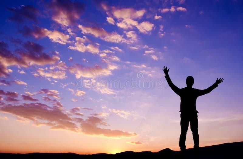 Concepto de la libertad, hombre de negocios que se coloca en la montaña superior imagenes de archivo