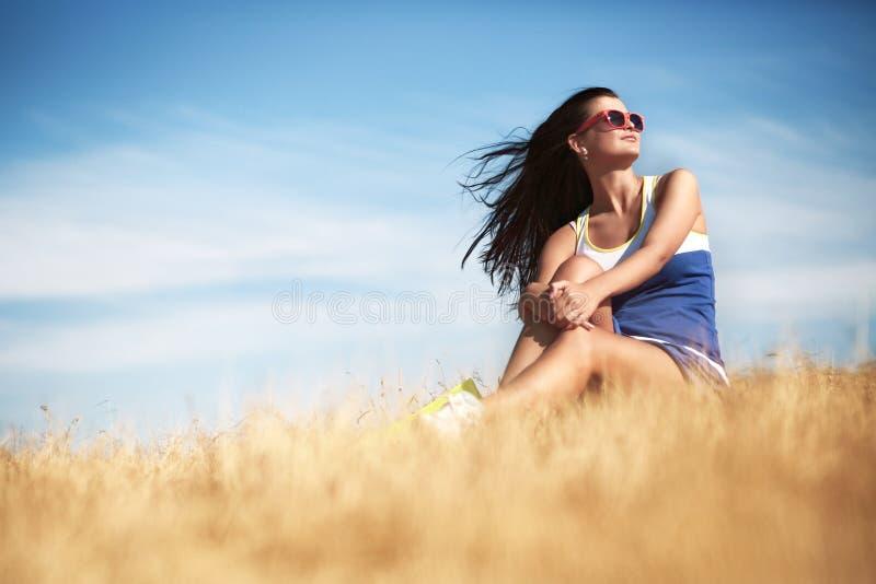 Concepto de la libertad Mujer hermosa que goza del sol del verano en el campo fotografía de archivo libre de regalías