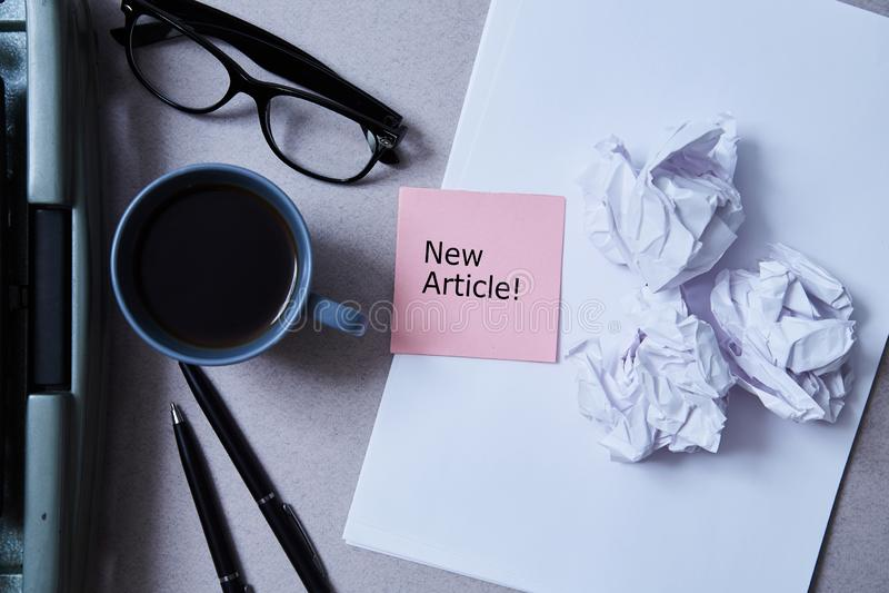 Concepto de la literatura, del autor y del escritor, de la escritura y del periodismo: máquina de escribir, café y vidrios y pape foto de archivo libre de regalías