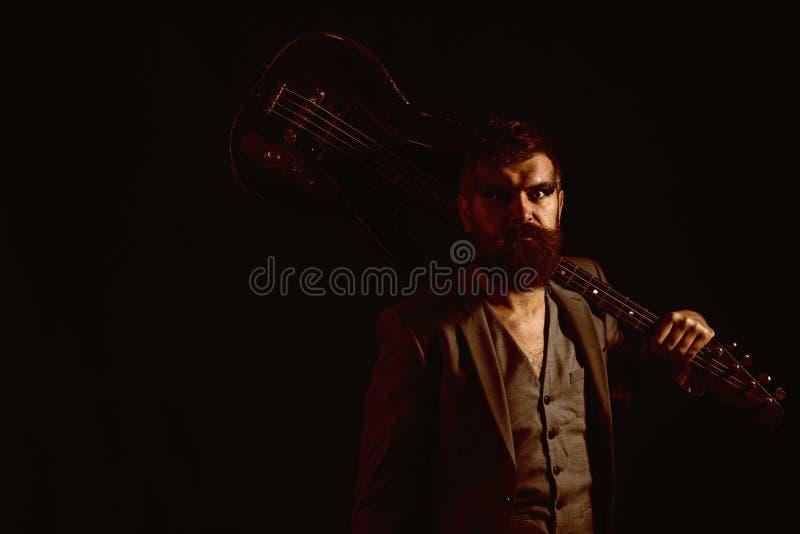 Concepto de la música Hombre barbudo con la guitarra para jugar música Hipser con el instrumento musical, afición de la música De imagenes de archivo