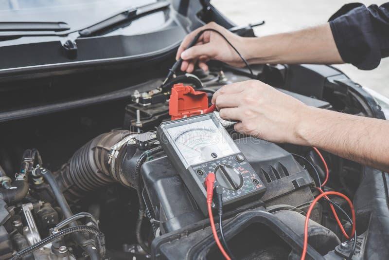 Concepto de la m?quina del motor de coche de los servicios, manos del reparador del mec?nico de autom?vil que comprueban un talle fotografía de archivo