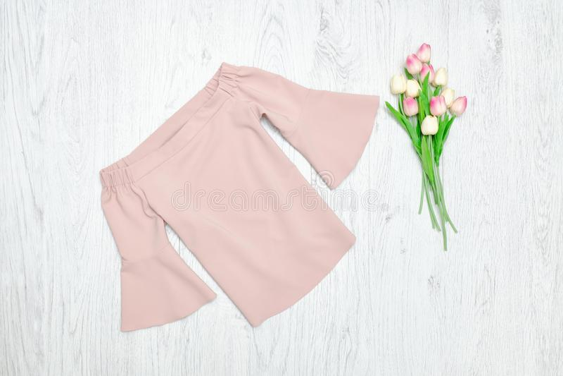 Concepto de la manera Blusa rosada y tulipanes rosados Fondo de madera imagen de archivo libre de regalías