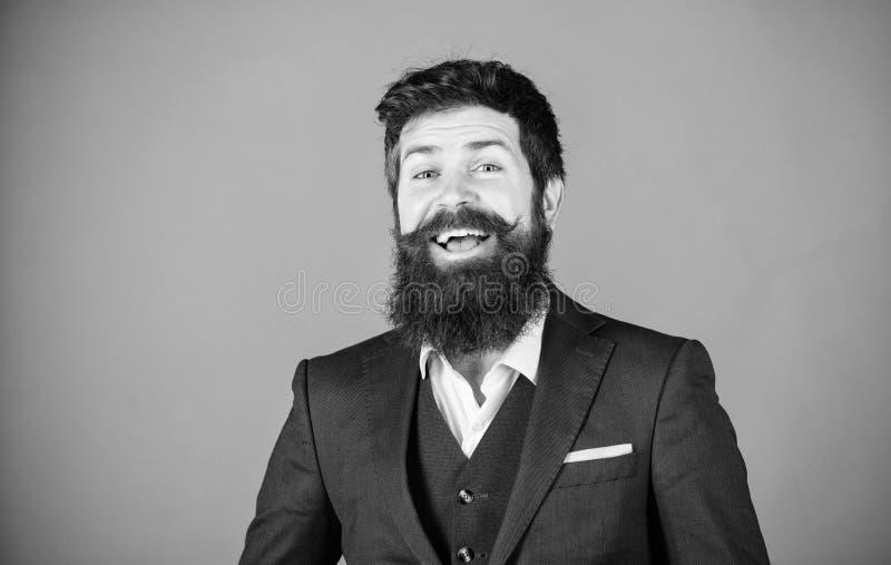 Concepto de la manera Estilo impecable Fondo violeta del soporte de moda del equipo del hombre de negocios Desgaste barbudo del i imagenes de archivo