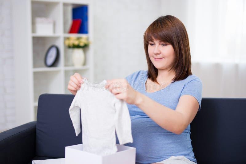Concepto de la maternidad - mujer embarazada hermosa joven que se sienta en s imágenes de archivo libres de regalías