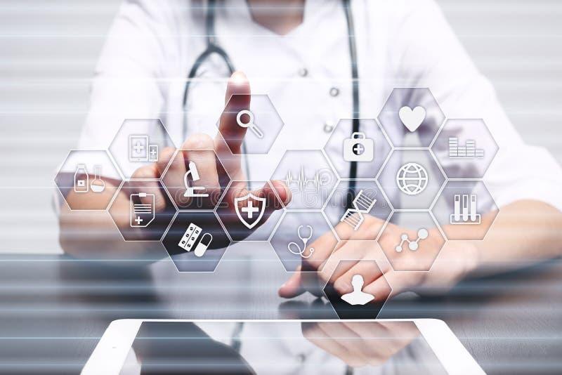 Concepto de la medicina y de la atención sanitaria Médico que trabaja con PC moderna Historial médico electrónico ELLA, EMR foto de archivo libre de regalías
