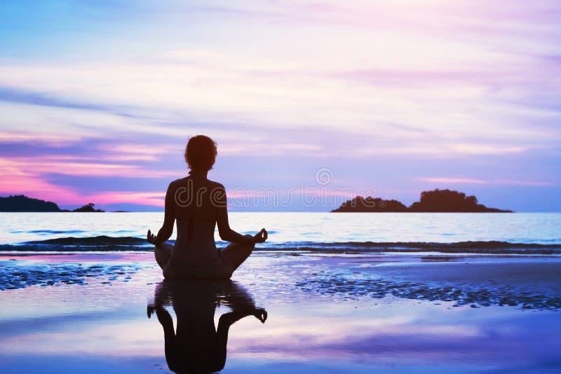 Concepto de la meditación, fondo hermoso imagenes de archivo