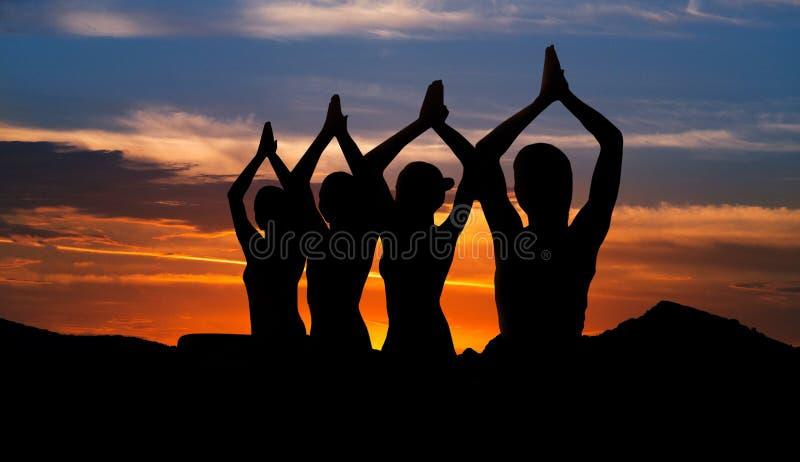 Concepto de la meditación de la puesta del sol imagenes de archivo