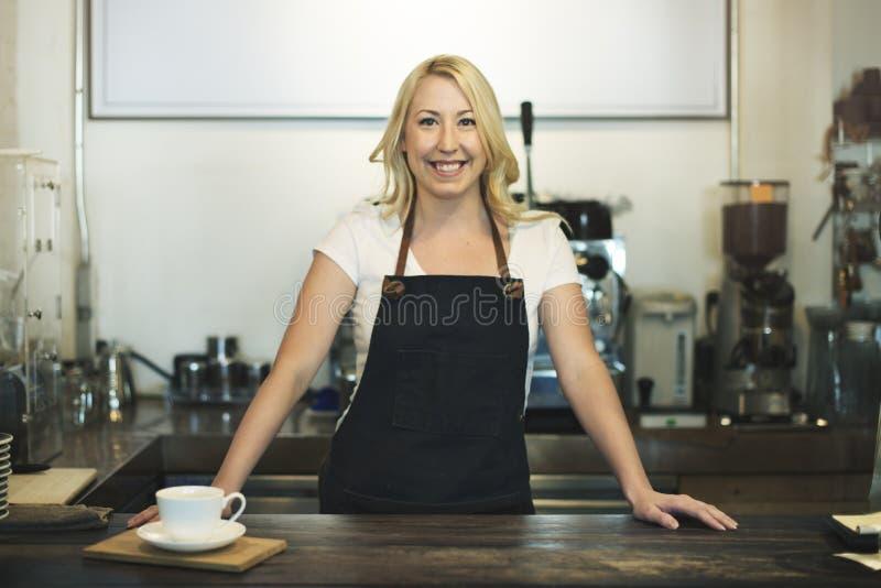 Concepto de la mercancía del delantal del dueño del café de la cafetería foto de archivo