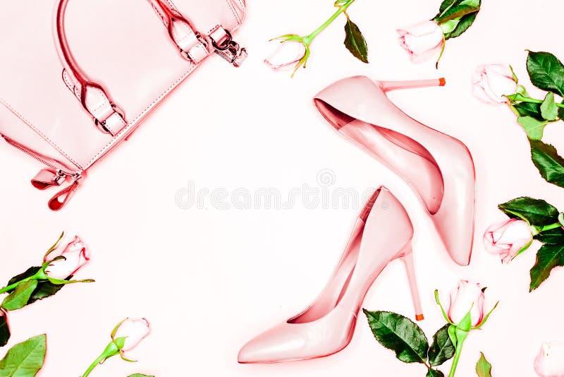 Concepto de la moda de la belleza, de Art Minimal, zapatos femeninos desnudos rosados y bolso en el fondo blanco Endecha plana, v fotos de archivo libres de regalías