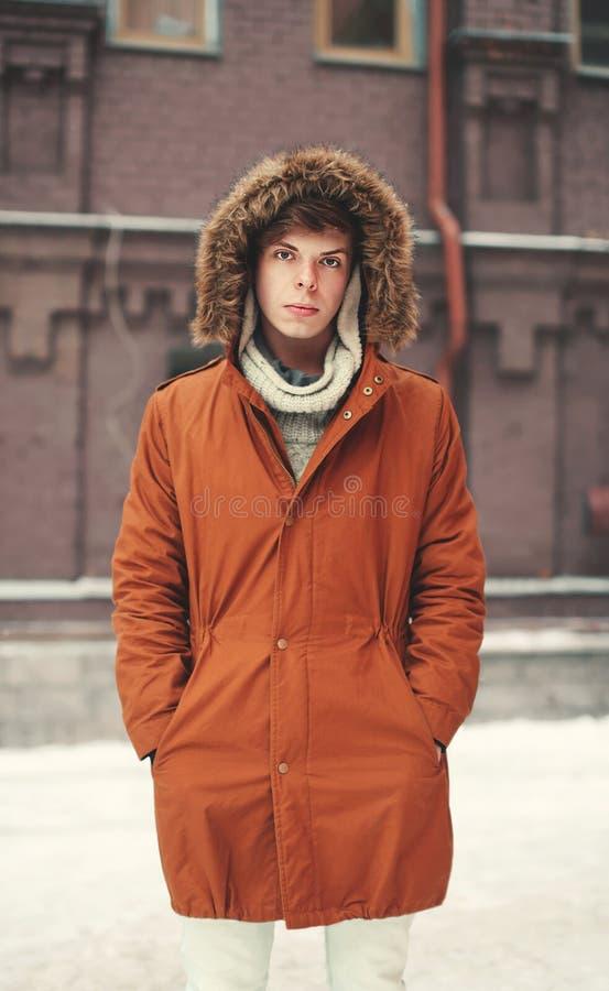 Concepto de la moda de la calle - hombre joven hermoso en chaqueta al aire libre fotografía de archivo libre de regalías