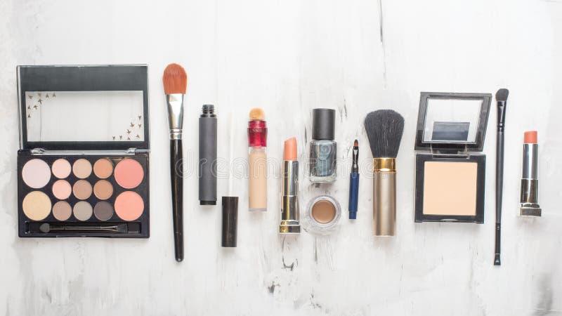 Concepto de la moda del blog de la belleza Estilo femenino de los accesorios: cosm?ticos, en un fondo blanco Endecha plana, hembr foto de archivo libre de regalías