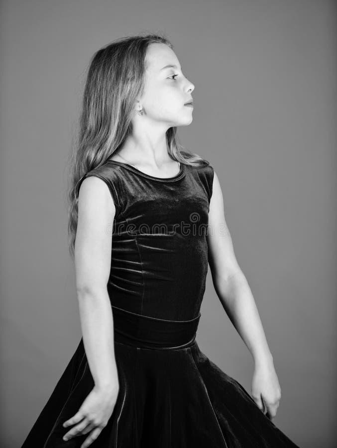 Concepto de la moda del dancewear del sal?n de baile Bailar?n del ni?o satisfecho con el equipo del concierto Ropa para la danza  fotografía de archivo libre de regalías