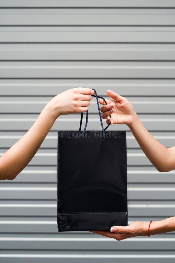 Concepto de la moda de la forma de vida de la sorpresa del regalo de las compras imagenes de archivo