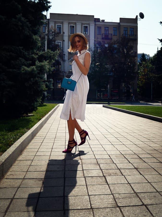 Concepto de la moda y de la forma de vida - mujer hermosa en sombrero que disfruta de verano al aire libre fotografía de archivo