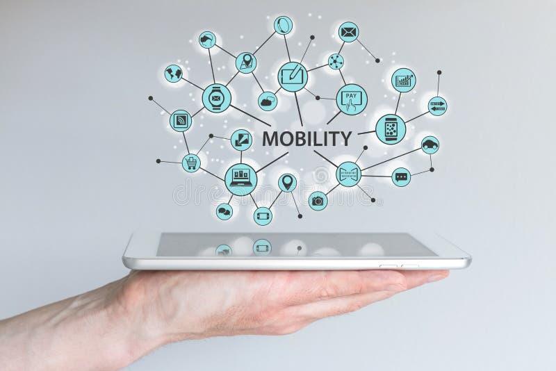 Concepto de la movilidad Mano masculina que sostiene el teléfono o la tableta elegante moderno con el ejemplo ilustración del vector