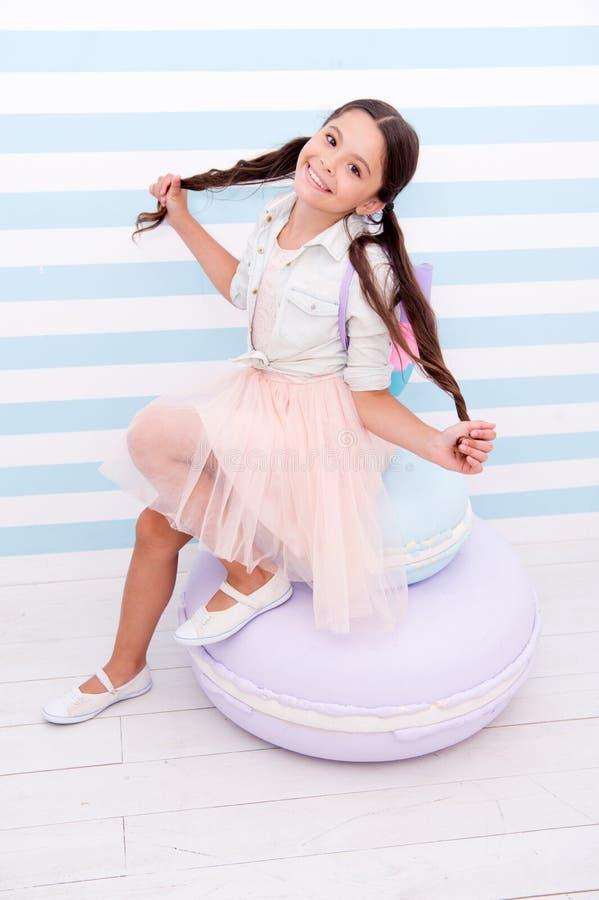 Concepto de la muchacha Niña adorable Muchacha con el pelo largo Sonrisa feliz de la muchacha de la moda foto de archivo