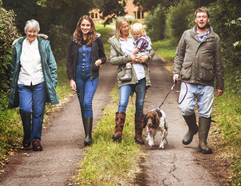 Concepto de la naturaleza de la unidad del perro de la familia que camina imagen de archivo