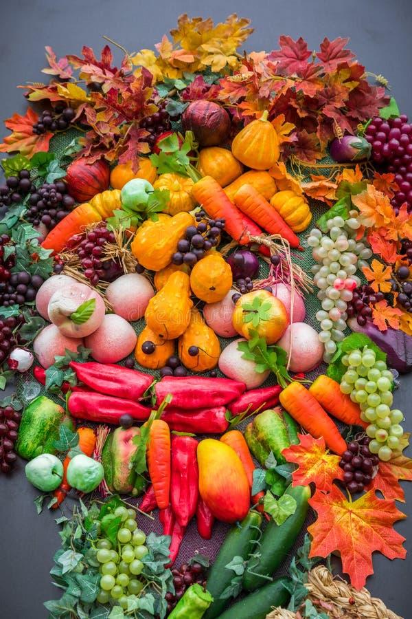 Concepto de la naturaleza del otoño Fruta y verdura de la caída en la madera Gracias fotografía de archivo libre de regalías
