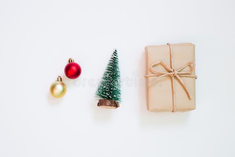 Concepto de la Navidad Árbol de la caja y de pino de regalo y chuchería en el fondo blanco fotos de archivo libres de regalías