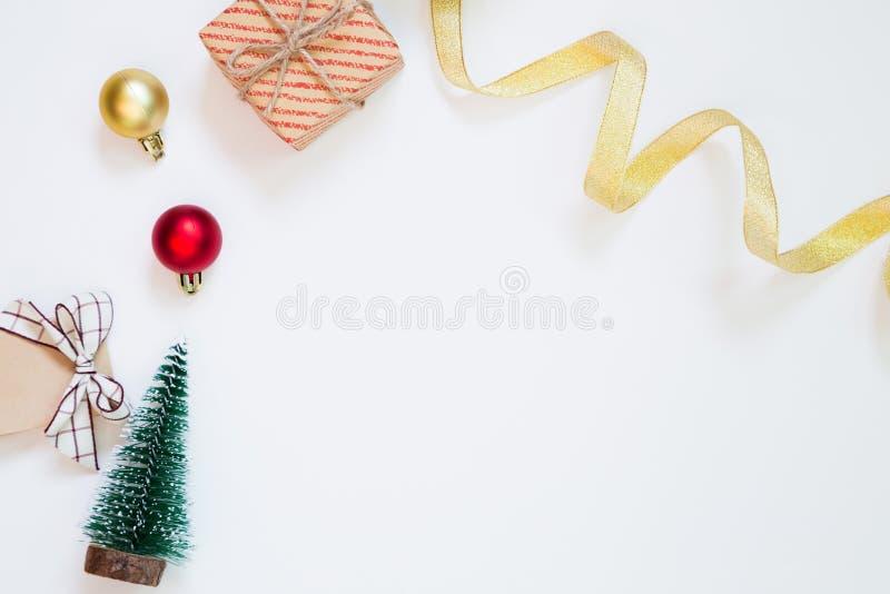 Concepto de la Navidad Árbol de la caja y de pino de regalo y cinta y chuchería que se encrespan en el fondo blanco imagen de archivo