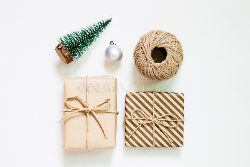 Concepto de la Navidad Árbol del regalo y de pino en el fondo blanco fotografía de archivo libre de regalías