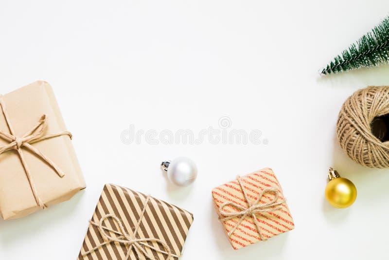 Concepto de la Navidad Árbol del regalo y de pino en el fondo blanco fotos de archivo libres de regalías