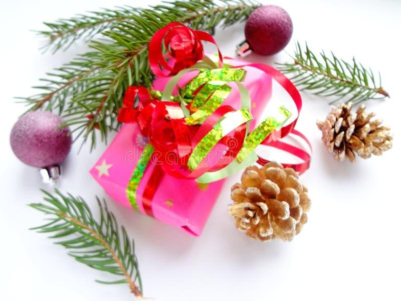 Concepto de la Navidad con las bolas de la Navidad, los conos del pino, la caja y las ramas del abeto imagenes de archivo