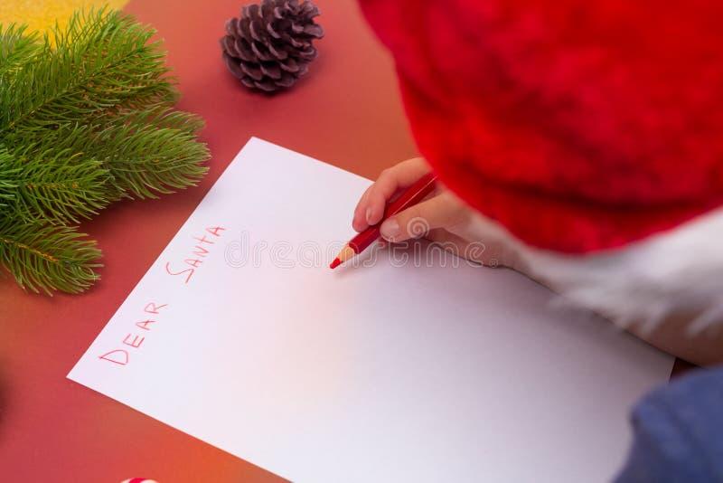 Concepto de la Navidad Letra de la escritura del muchacho a Papá Noel Visión superior, endecha plana Niñez imagen de archivo