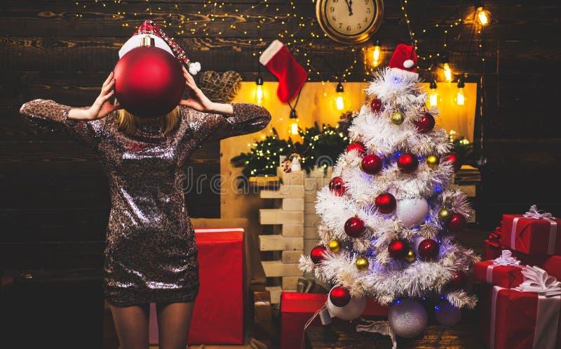 Concepto de la Navidad y del Año Nuevo Año Nuevo Mujer hermosa de Papá Noel Feliz Navidad y Feliz Año Nuevo imagen de archivo libre de regalías