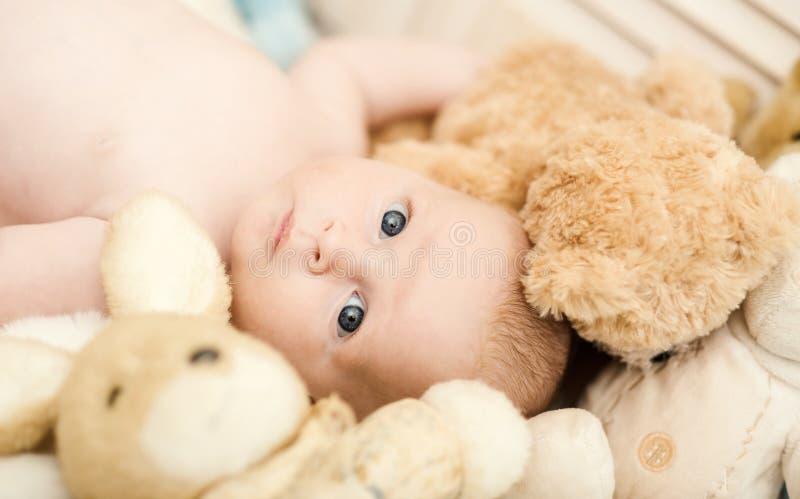 Concepto de la niñez y de la inocencia Bebé que miente en pesebre imágenes de archivo libres de regalías