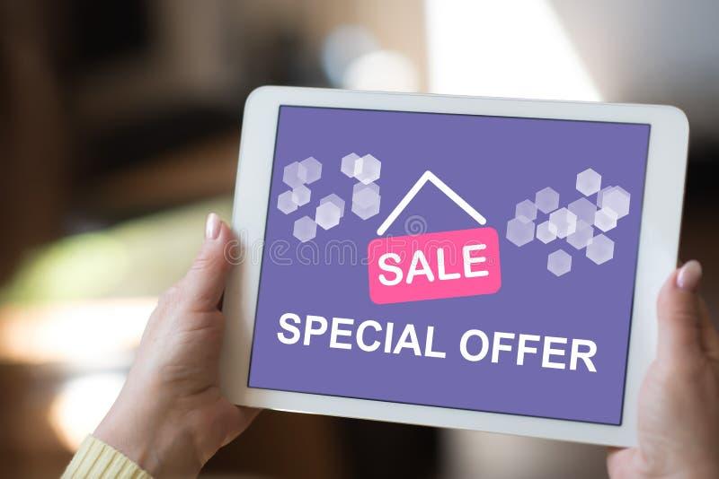 Concepto de la oferta especial en una tableta foto de archivo
